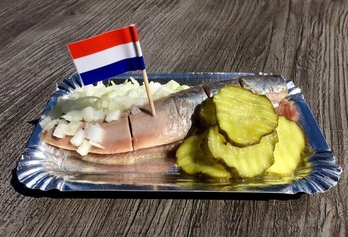 что попробовать в Голландии-селедка