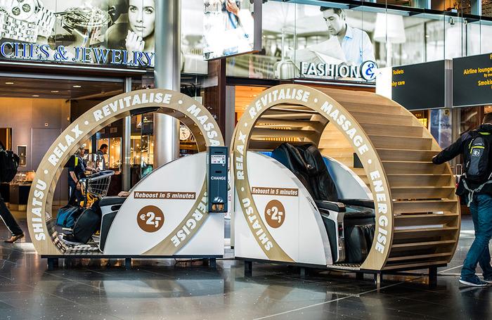 Аэропорт Амстердама массажное кресло