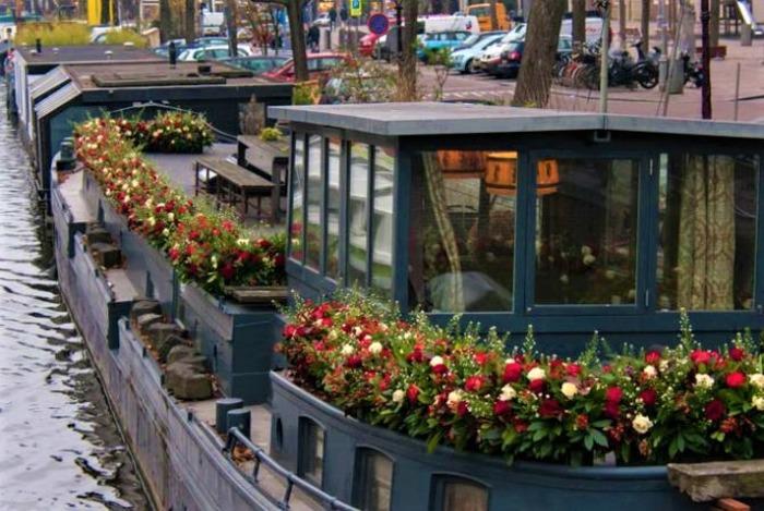 плавучие дома украшены цветами