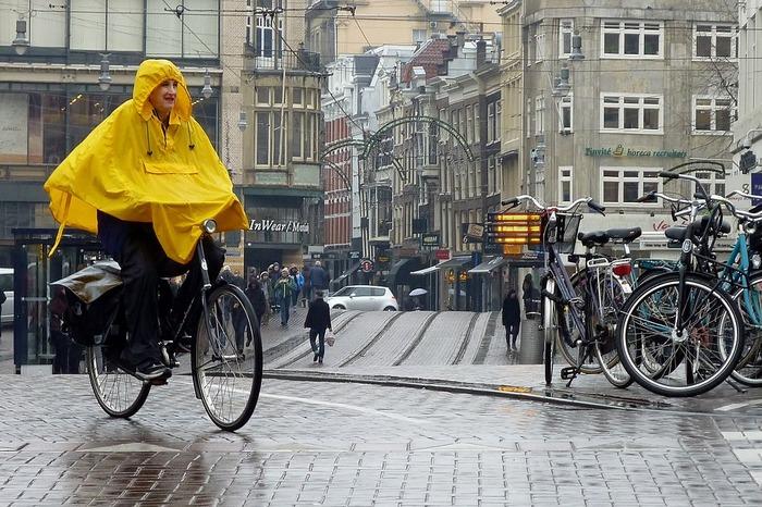 поездка в амстердам велосипедист в дождевике