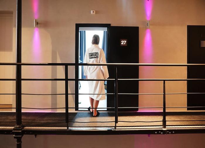 отель тюрьма коридоры