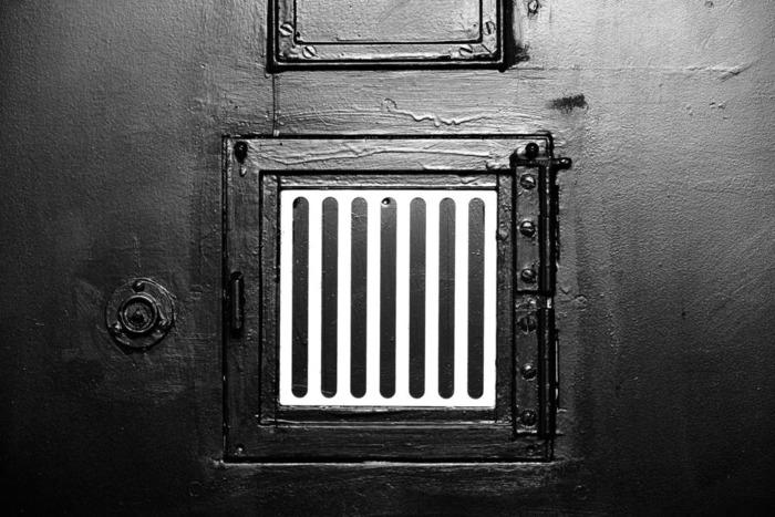 отель тюрьма двери