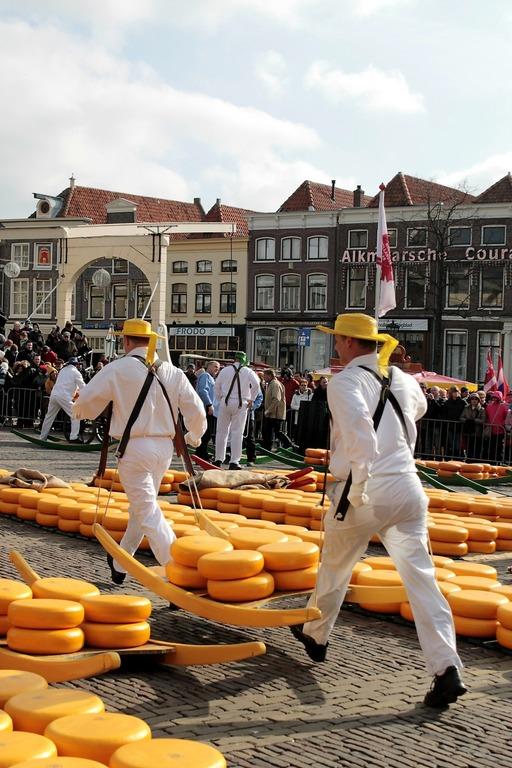 сырные рынки двое мужчин несут сыр