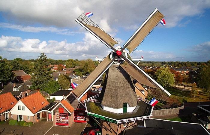 День мельниц мельница с флагом